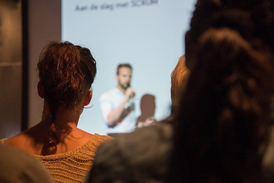 Pessoas assistindo as palestras do WordCamp Porto Alegre